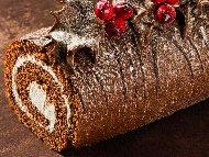 Пандишпаново какаово шоколадово руло с пълнеж от бита течна сметана, маскарпоне и ром
